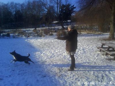 Tessan och Tant Nina leker med pinne